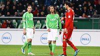 Čeští fotbalisté Wolfsburgu Jan Polák (vlevo) a Petr Jiráček (uprostřed) v zápase s Kolínem.