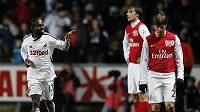 Nathan Dyer ze Swansea (vlevo) oslavuje gól vstřelený Arsenalu. Hráči Kanonýrů Andrej Aršavin (vpravo) a Ignasi Miquel neskrývají zklamání.