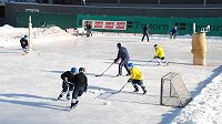 Malí hokejisté Liberce bruslí na tenisových kurtech