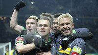 Filip Daems (uprostřed) oslavuje se spoluhráči z Mönchengladbachu proměněnou penaltu v nastavení čtvrtfinále Německého poháru s Herthou Berlín.