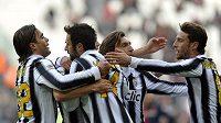 Mirko Vučinič (druhý zleva) oslavuje se spoluhráči z Juventusu gól v síti Cagliari.