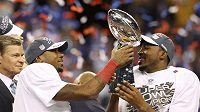 Zleva Mario Manningham a Hakeem Nicks z New York Giants se radují se zisku trofeje.