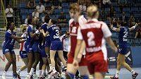 Házenkářky Francie (vzadu) oslavují výhru nad Ruskem ve čtvrtfinále MS.