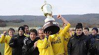 Hráči z Jihlavy se radují z výhry, s pohárem kapitán Michal Veselý.