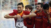Francesco Totti slaví se spoluhráči gól při vysoké výhře AS Řím proti Chievu.