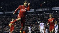 Luis Suárez z Liverpoolu oslavuje vstřelený gól Queens Park Rangers, jehož branku střeží český gólman Radek Černý.
