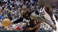 LeBron James (vlevo) výrazně pomohl basketbalistům Miami k vítězství.