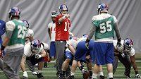 Quarterback New York Giants Eli Manning (s čílsem 10) organizuje spoluhráče během tréninku na 66. Super Bowl.
