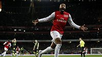 Thierry Henry oslavuje gól vstřelený v prvním utkání po návratu do Arsenalu. Francouzský útočník rozhodl v FA Cupu o vítězství nad Leedsem.