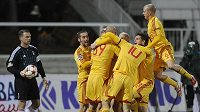 Fotbalisté Dukly Praha se radují z branky.