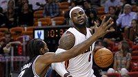 LeBron James (vpravo) nastřílel za Miami 33 bodů a nasbíral deset asistencí.
