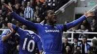 Didier Drogba se raduje v Newcastlu z úvodního gólu Chelsea.