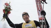Stanislav Řezáč se raduje z vítězství v Jizerské padesátce.