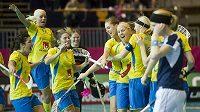 Florbalistky Švédska oslavují finálový triumf nad Finskem na MS ve švácarském St. Gallenu.