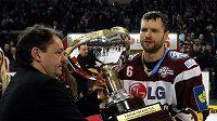 Svazový šéf Tomáš Král předává kapitánovi Sparty Michalu Brošovi Prezidentský pohár za prvenství v základní části extraligy.