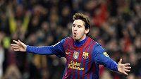 Barcelonský fotbalový mág Lionel Messi oslavuje čtvrtý gól v síti Valencie.