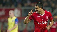 Nacer Chadli z Twente Enschede slaví gól v síti Steaua Bucharest.