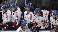 Střelec Zbyněk Irgl (vpředu) dostává gratulace od hráčů na střídačce.