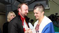 Šéftrenér atletů Tomáš Dvořák gratuluje Jakubu Holušovi ke stříbru na halovém MS v Istanbulu.