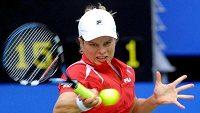 Belgická tenistka Kim Clijstersová ve finálofém duelu s Američankou Lindsay Davenportovou v Sydney.