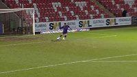 Anglický fotbalový brankář Tom King vstřelil gól přes celé hřiště.