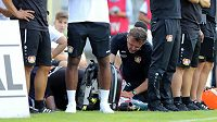 Fotbalista Leverkusenu Karim Bellarabi zkolaboval během přípravného utkání s Wuppertalem. Klubový lékař jej hned na lavičce oživoval, fotbalista pak byl při vědomí.