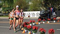 Anežka Drahotová na čele skupinky chodkyň při mistrovství světa v Pekingu.