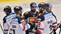 Hokejisté Sparty se radují z gólu v utkání 27. kola extraligy proti Plzni.