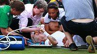 Bethanie Matteková-Sandsová v bolestech. Po zranění musela být odvezena sanitkou z kurtu, zápas druhého kola nedohrála.
