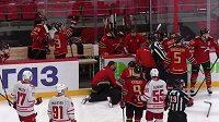 Čárový rozhodčí Jurij Ivanov během čtvrtečního utkání KHL mezi Omskem a Jekatěrinburgem zkolaboval přímo na ledě.