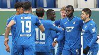 Fotbalisté Hoffenheimu oslavují branku v utkání německé bundesligy proti Frankfurtu.