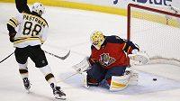Český hokejový útočník Bostonu David Pastrňák překonává gólmana Floridy Roberta Luonga.