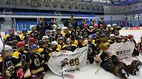 David Pastrňák a jeho spoluhráči se vydali do Pekingu učit čínské děti hokej.