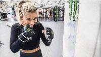 Paige VanZantová, bojovnice MMA. Z posledního zápasu si odnesla zlomenou ruku, ale dobojovala.