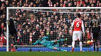 Forvard Leicesteru Jamie Vardy překonává z pokutového kopu gólmana Arsenalu Petra Čecha v zápase 26. kola anglické Premier League.