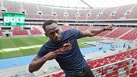 Jamajský sprinte Usain Bolt pózuje na stadiónu ve Varšavě.