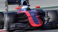 Fernando Alonso s vozem McLaren při testech v Barceloně. Okolnosti nehody španělského jezdce nejsou dodnes zcela jasné.