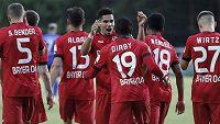 Fotbalisté Leverkusenu se radují z postupu do finále poháru.