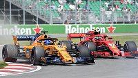 Finský pilot Ferrari Kimi Raikkönen (7) a Španěl Fernando Alonso z McLarenu během tréninku na Velkou cenu Kanady v Montrealu.