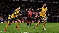 Útočník Olivier Giroud (vpravo) slaví vyrovnávací gól Arsenalu na hřišti Bournemouthu.