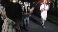 Japonka Kayoko Takahašiová střílí z dětské pistolky na olympjskou pochodeň