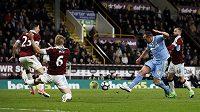 Záložník Stoke City Charlie Adam střílí na branku Burnlay v utkání Premier League. V zápase pobavil diváky víc svým zpackaným rohovým kopem. Tomu se směje celá Anglie.
