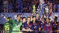 Fotbalisté Barcelony slaví vítězství v Lize mistrů. S trofejí se raduje obránce Dani Alves.