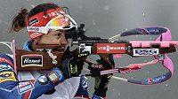 Česká biatlonistka Veronika Vítková během střelby vestoje.