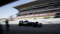 Lewis Hamilton při trénincích na španělském okruhu.