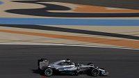 Lewis Hamilton s vozem Mercedes při měřeném tréninku na okruhu Sáchir v Bahrajnu.
