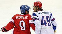 Rus Jevgenij Arťuchin a český útočník Milan Michálek při utkání na hokejovém MS 2011.