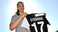 Devatenáctiletá fotbalistka Stašková přestoupila do Juventusu Turín.