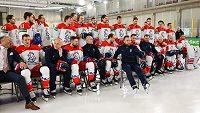 Český národní tým absolvoval před nedělním tréninkem v Rize na MS focení pro ročenku Mezinárodní hokejové federace IIHF.