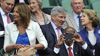 Mo Farah ilegálně natáčel na svůj telefon dění ve Wimbledonu z královské lóže. Vedle něj stojí vévodkyněz Cambridge Catherine.